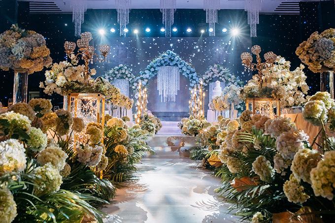 Sân khấu đêm tiệc ngập tràn hoa và ánh đèn lung linh.