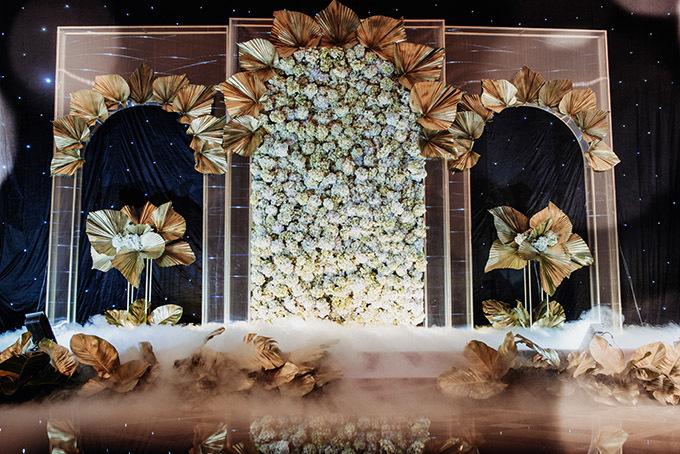 Khu vực đón khách cũng kết hoa lá cầu kỳ.