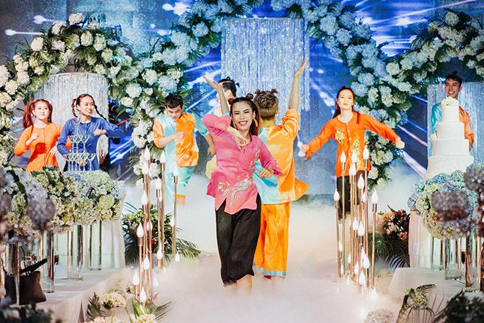 Mở màn buổi tiệc là phần trình diễn vui nhộn của vũ đoàn.