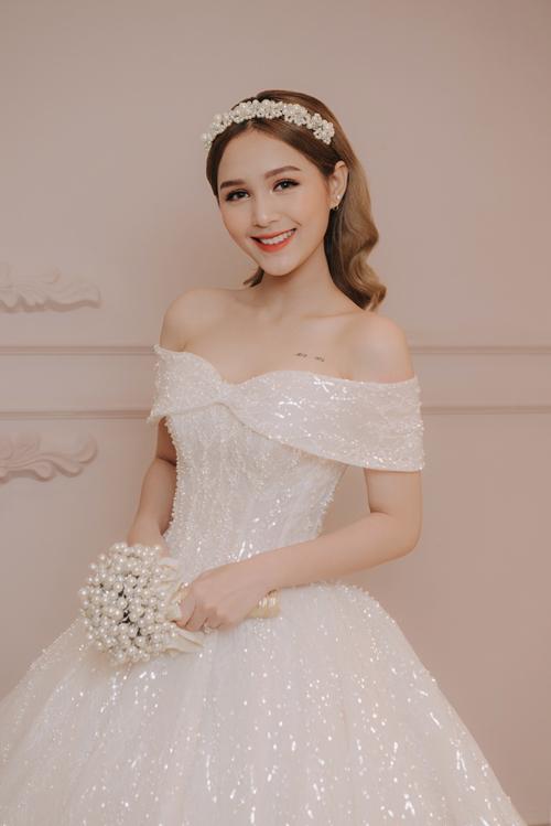 Trang phục tôn xương quai xanh, vòng một đầy đặn, quyến rũ của cô dâu 18 tuổi.
