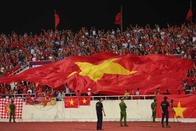 CĐV Việt Nam mừng chiến thắng của đội nhà. Với kết quả này, đoàn quân của HLV Park Hang-seo vươn lên đứng thứ ba tại bảng G khi có 4 điểm, bằng điểm với Thái Lan nhưng kém về hiệu số. Đứng đầu bảng hiện là UAE với 6 điểm tuyệt đối sau hai trận.