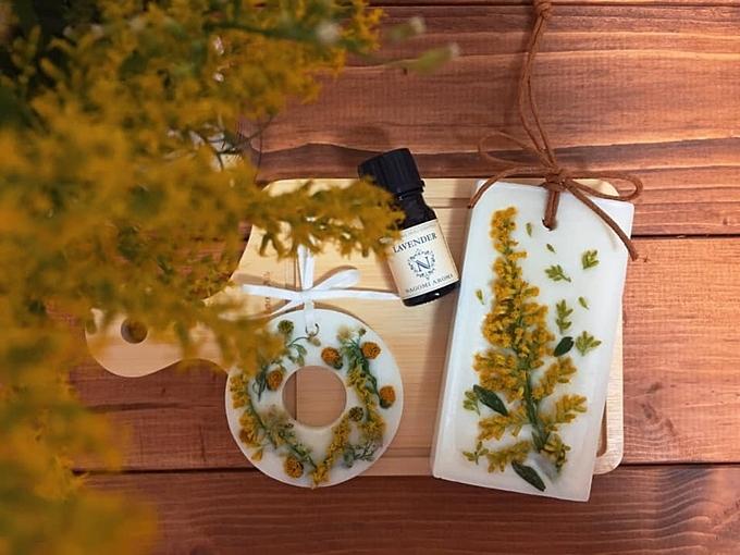 Nguyên liệu gồm có:- 100g sáp đậu nành- 1 chai tinh dầu thiên nhiên mùi hương bất kì- Hoa khô hoặc hoa tươi các loại- 2 chiếc nồi. Nồi lớn dùng để nấu nước, nồi nhỏ để nấu sáp (nên chọn 1 chiếc nồi riêng chỉ dành cho việc nấu sáp vì sau khi sử dụng sẽ khôngrửa sạch được vết sáp bám trong nồi).- Khuôn silicon
