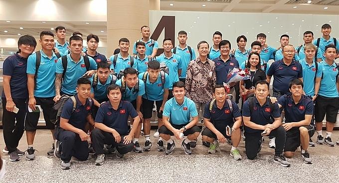 Đội tuyển Việt Nam chụp ảnh lưu niệm ở sân bay trên đảo Bali. Ảnh: VFF.