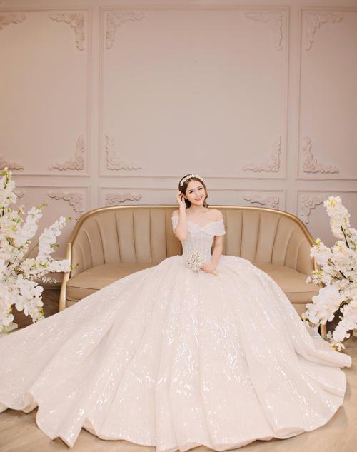 Theo NTK, sức hút của mẫu đầm cưới này chính là vẻ đẹp nửa kín, nửa hở, hút ánh mắt của người đối diện vào phần cổ trắng ngần, bờ vai thon của tân nương. Váy được bán với giá 100 triệu đồng, giá thuê 40 triệu đồng.