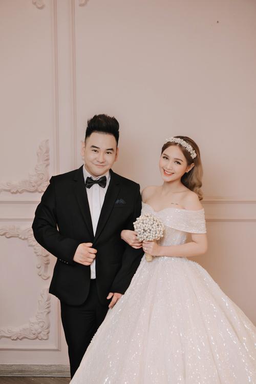 Hot streamer Xemesis và cô dâu Thùy Trang gây chú ý trên mạng xã hội từ khi công khai chuyện tình vào tháng 3 và nhẫn đính hôn hồi tháng 9 năm nay.Chú rể Xemesis (Hiếu Nghiêm, sinh năm 1989) là streamer nổi tiếng, sở hữu kênhYoutube với gần600.000 người đăng ký. 8X cũng là anh họ của vợ chồng người mẫu Diệp Lâm Anh, được dân mạng đặt biệt danhstreamer giàu nhất Việt Nam khi sở hữu siêu xe BMW I8 trị giá hơn 7 tỷ đồng cùng nhiều đồng hồ, túi xách hàng hiệu.Còn cô dâu của anh là Phạm Trang (tên thật là Phạm Thùy Trang), biệt danh Xoài Nonsinh năm 2002, TP HCM,là mẫu ảnh ở Sài Gòn. Instagram của nàng dâu trẻ tuổi có hơn 200.000 lượt follow.