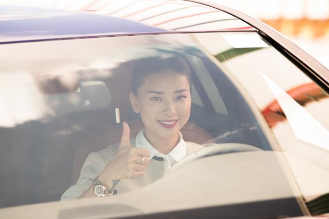 Ngô Thanh Vân trực tiếp láitrải nghiệm dòng xe của VinFast.