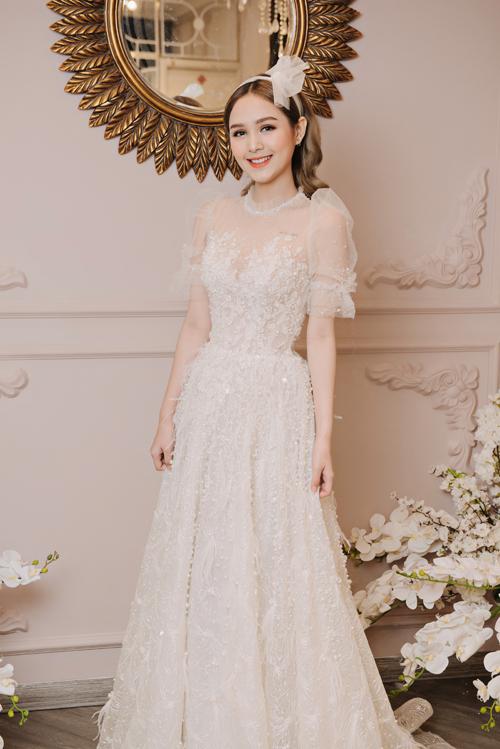 Mẫu đầm thứ 2 mà Phạm Trang thử diện là váy Tiffany, dùng để chào bàn, mang phong cáchnhẹ nhàng, sang trọng.