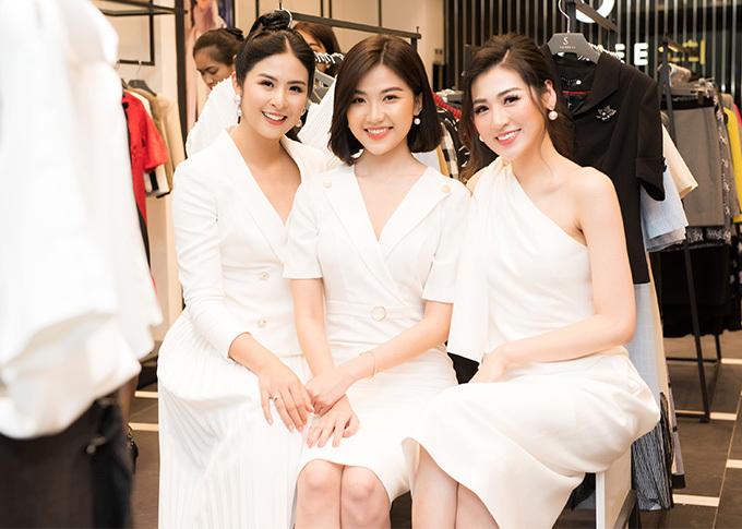 Các người đẹp thích thú khi tất cả cùng mặc trang phục trắng đồng điệu.