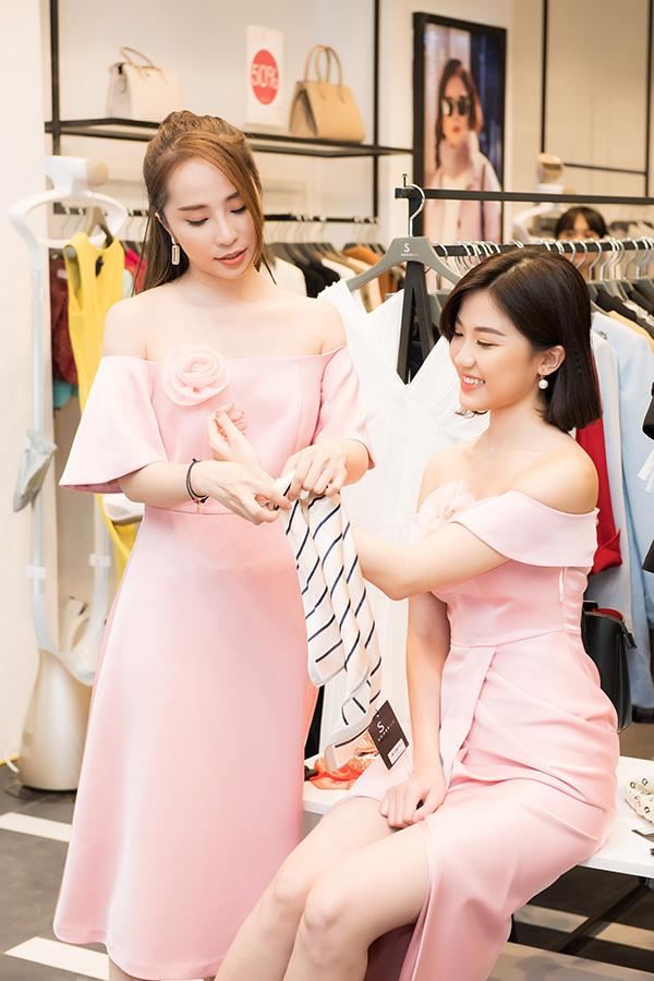Không chỉ tâm đầu ý hợp khi nhắc đến chuyện đóng phim, cả hai còn thể hiện sự tương đồng về thời trang khi cùng lựa chọn váy hồng dự sự kiện.