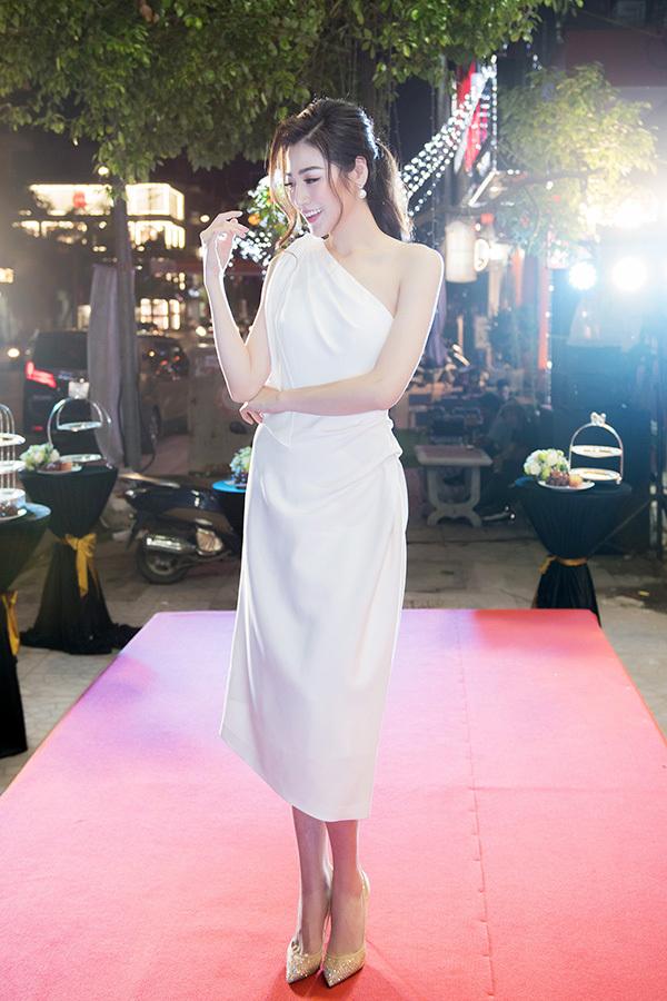 Á hậu Tú Anh khoe vóc dáng mảnh mai với váy lệch vai. Từ khi trở lại sau thời gian ở cữ, người đẹp rất đắt show sự kiện.