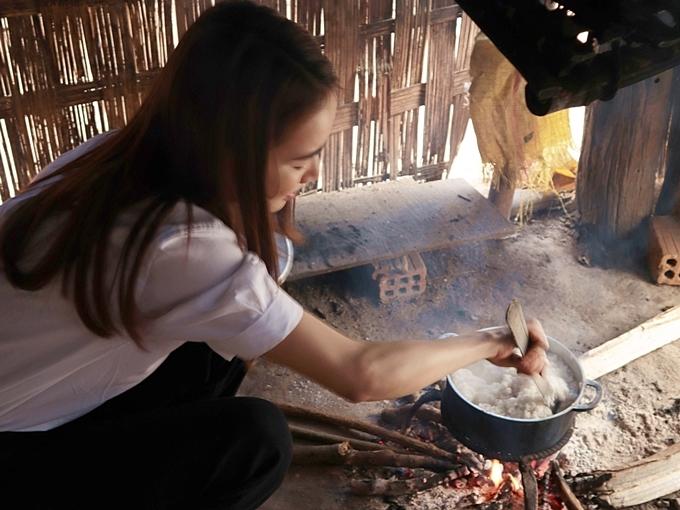 Thương hoàn cảnh của bà Y Nớt, ngoài phần hỗ trợ vật chất, Nhã Phương còn tự tay xuống bếp chuẩn bị một bữa cơm đơn giản, ấm cúng.