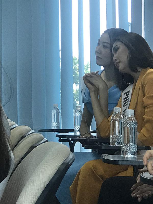 Hai người đẹp từng bị bắt gặp tựa vai, nắm tay nhau khi tham gia một hoạt động trong khuôn khổ cuộc thi.