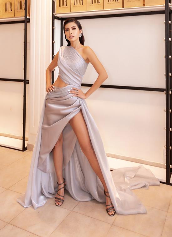 Váy dạ hội với những đường cut-out chạy dọc phần eo và xẻ cao được Minh Tú lựa chọn khi xuất hiện trong buổi casting người mẫu tham gia show Lãnh Mỹ A báu vật nghìn năm của Võ Việt Chung.