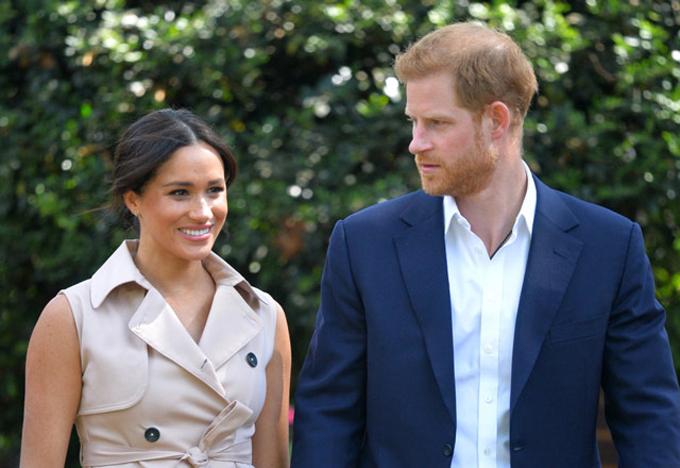 Harry và Meghan trong chuyến công du châu Phi hôm 2/10. Ảnh: AP.