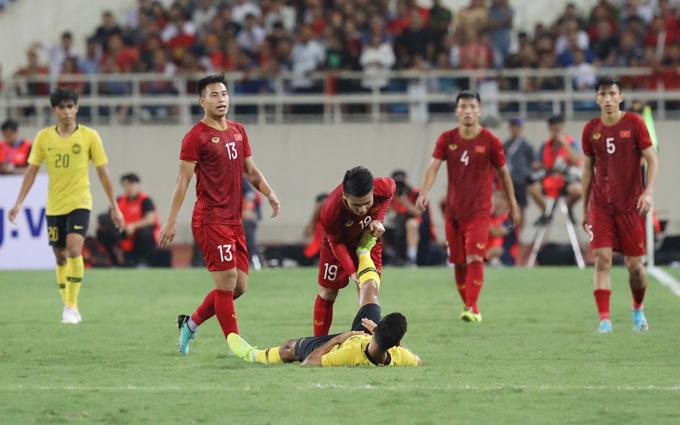 Quang Hải giúp một cầu thủ Malaysia