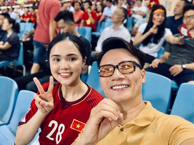 Ca sĩ Hoàng Bách pose hình cùng bạn gái của cầu thủ Duy Mạnh khi cả hai cũng có mặt trên khán đài theo dõi trực tiếp trận đấu.