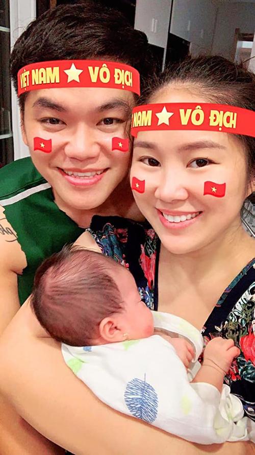 Vợ chồng Lê Phương mừng đội tuyển Việt Nam đánh bại Malaysia 1-0 ở vòng loại World Cup 2022. Cô cho rằng: Ở nhà ôm con, xem đá banh với chồng là nhất.