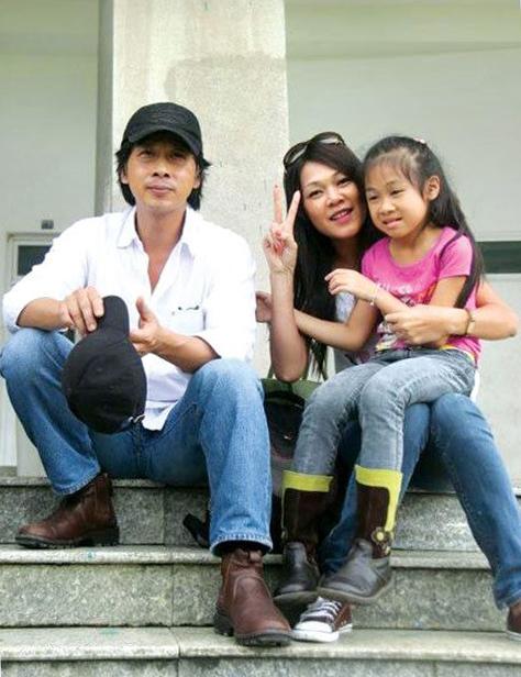 Vợ chồng Đinh Y Nhung - Lưu Huỳnh bên con gái khi con còn nhỏ.