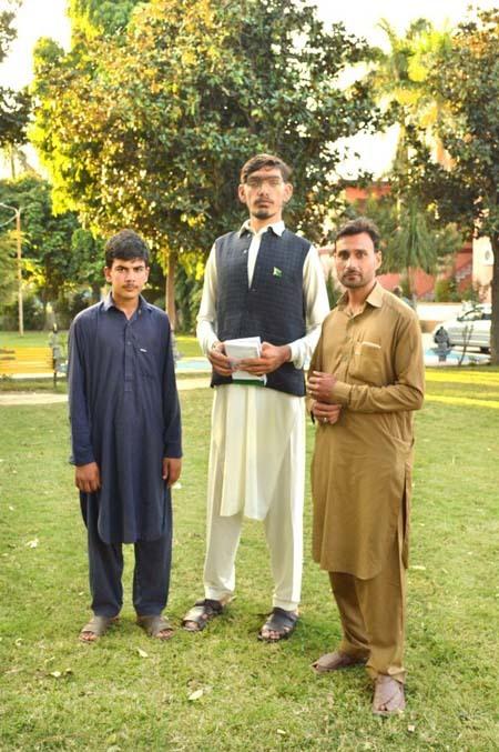 Muhammad đọ chiều cao với hai người họ hàng. Ảnh: Caters.