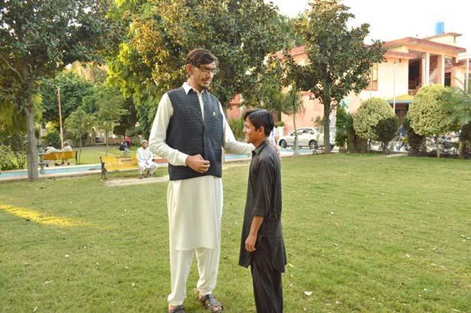 Muhammad vượt hẳn lên khi đứng cạnh một người bạn của mình. Ảnh: Caters.