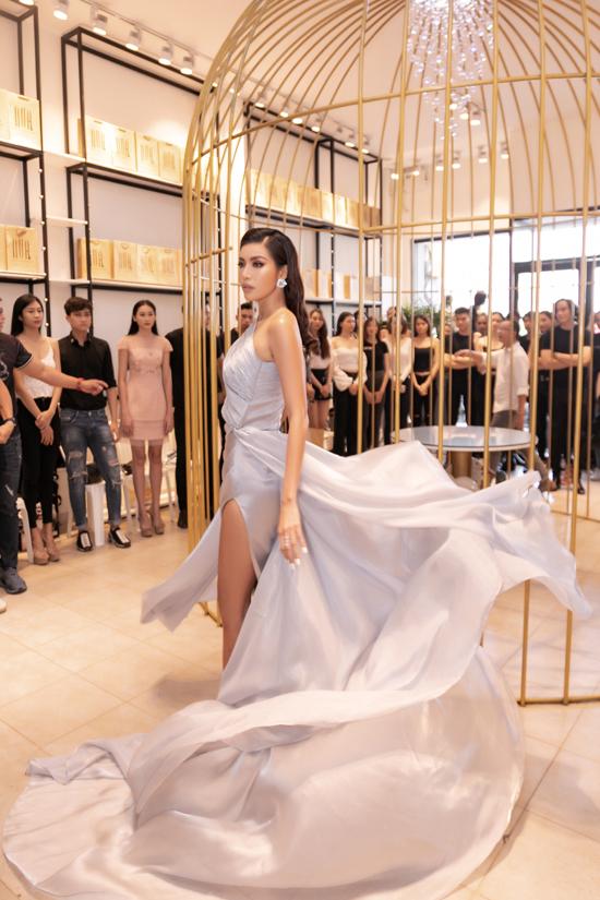 Trước khi bước vào phần tuyển chọn người mẫu, Minh Tú nhiệt tình thể hiện màn thị phạm ấn tượng với lối catwalk và thần thái chuyên nghiệp.