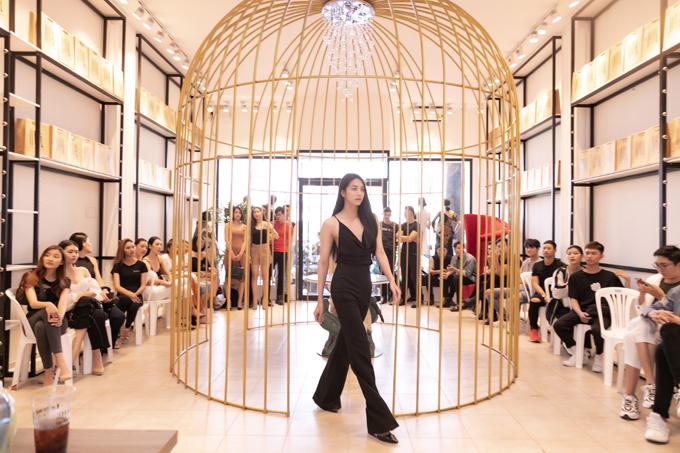 Show diễn kỷ niệm của Võ Việt Chung gồm 3 màn trình diễn, trong đó áo dài là bộ sưu tập không thể thiếu. Vì thế nhà thiết kế luôn mon muốn tìm những gương mặt mới, phù hợp với phong cách trình diễn trang phục truyền thống.