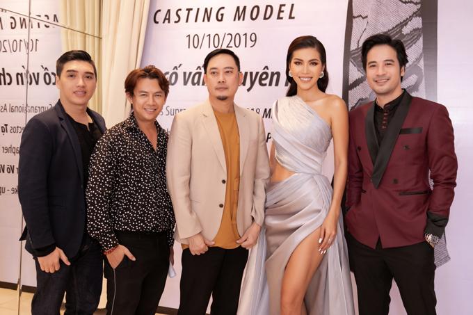 Nhà thiết kế Võ Việt Chung và Minh Tú (đứng giữa) cùng các thành viên trong ban giám khảo ở buổi tuyển chọn người mẫu.