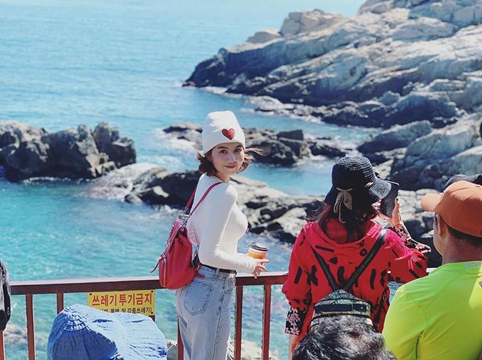 Ngọc Trinh chia sẻ trong chuyến du lịch Hàn Quốc: Là con gái phải biết yêu lấy bản thân, kiếm nhiều tiền, đi đến những nơi mình yêu, làm những điều mình thích.