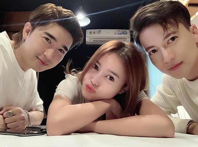 Chi Dân đăng ảnh chụp cùng Ninh Dương Lan Ngọc và Sơn Thạch khẳng định cả ba là bạn thân giữa tin đồn nam ca sĩ đang hẹn hò với Lan Ngọc.
