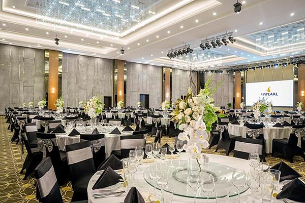 Vinpearl Convention Center Phú Quốc là trung tâm hội nghị mới nhất nằm trong tổ hợp nghỉ dưỡng, vui chơi giải trí. Sở hữu 8 phòng họp hiện đại và một Grand ballroom có sức chứa gần 2.500 khách. Nơi đây cung cấp dịch vụ và tiện nghi của các sự kiện, hội đàm theo tiêu chuẩn quốc tế.