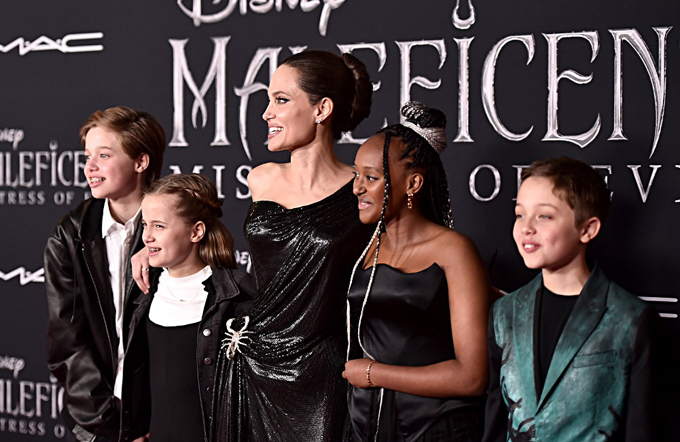 Tại lễ ra mắt phim ở Los Angeles, Zahara chọn khuyên tai thạch anh vàng và đeo vòng tay cùng màu.