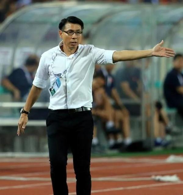 HLV Tan Cheng Hoe chỉ đạo các học trò trên sân Mỹ Đình.