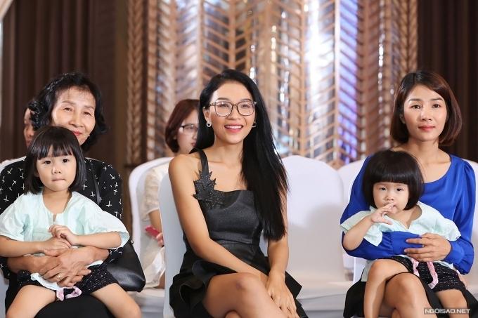 Mẹ của Hoàng Thuỳ sắp xếp từ Thanh Hoá vào Sài Gòn dự show. Bà đi cùng hai con gái Hoàng Linh (giữa) và Hoàng Ngọc đến ủng hộ