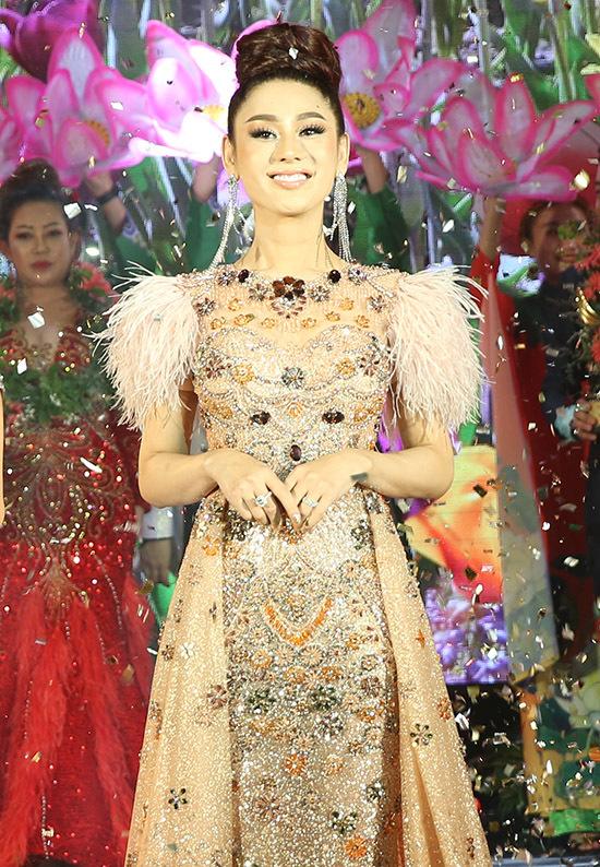 Người đẹp chuyển giới điệu đà với váy đính lông vũ, hoạ tiết lấp lánh.