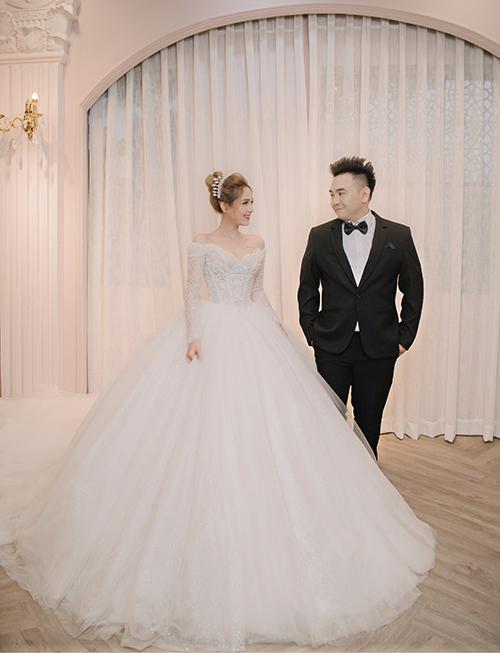 Chiếc váy cuối cùng mang tên Elizabeth mà Phạm Trang chọn chính là thiết kế trắng tinh khôi lấy cảm hứng từ hình ảnh nữ hoàng Anh Elizabeth II.