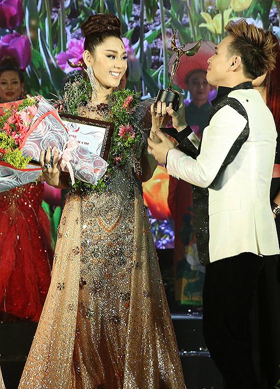 Ca sĩ Nguyên Vũ đại diện hội đồng thẩm định Đại sứ nhân ái Việt Nam 2019 lên trao kỷ niệm chương cho Lâm Khánh Chi.