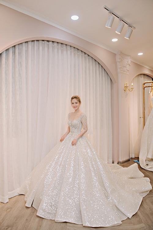 Chiếc váy Mariana được Trang Phạm diện được đính kết hàng nghìn viên pha lê lánh lấp lánh, tạo hiệu ứng sân khấu.