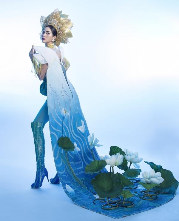 Nhà thiết kế mất khoảng một tháng để lên ý tưởng và thực hiện cho Hoàng Hạnh. Phần thi trang phục truyền thống của Miss Earth 2019 sẽ diễn ra vào ngày 14/10.