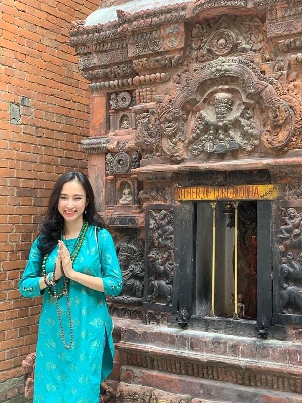 Angela Phương Trinh còn đặt chân đến Nepal và tìm hiểu miền đất Phật qua nhiều thánh địa. Biết ơn vùng đất con đến, nơi con đã hoàn thành xong 108 vòng đi nhiễu đỉnh tháp Boudhanath. Con thật sự hoan hỉ vô cùng, cô viết.