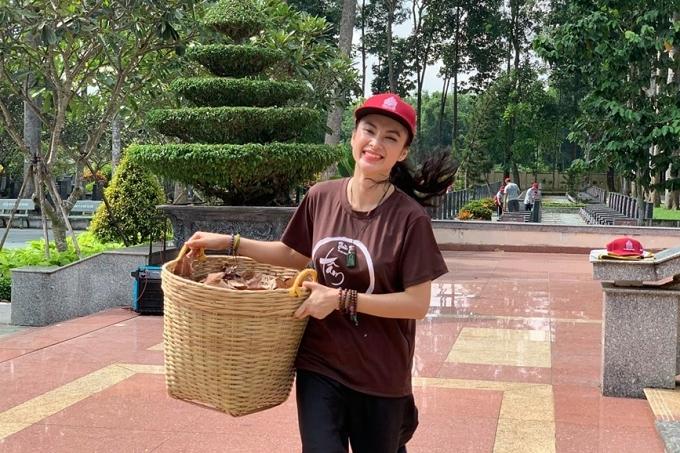 Người đẹpcũng chăm chỉ tham gia các hoạt động xã hội, thiện nguyện. Dịp tháng 6, cô cùng nhiều Phật tử khác thăm viếng và làm cỏ dâng hoa tại Nghĩa trang Anh hùng liệt sĩ huyện Củ Chi, TP HCM.