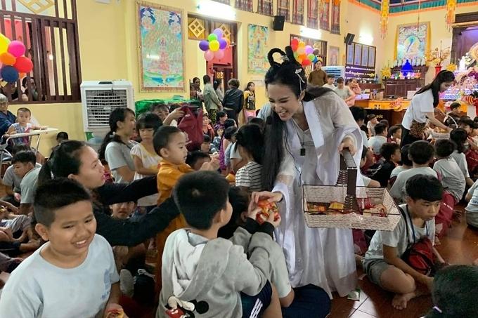 Tết trung thu 2019, Angela Phương Trinh vào vai chị Hằng, cùng nhà chùa tổ chức đón trăng rằm, mang đến niềm vui cho nhiều em nhỏ.