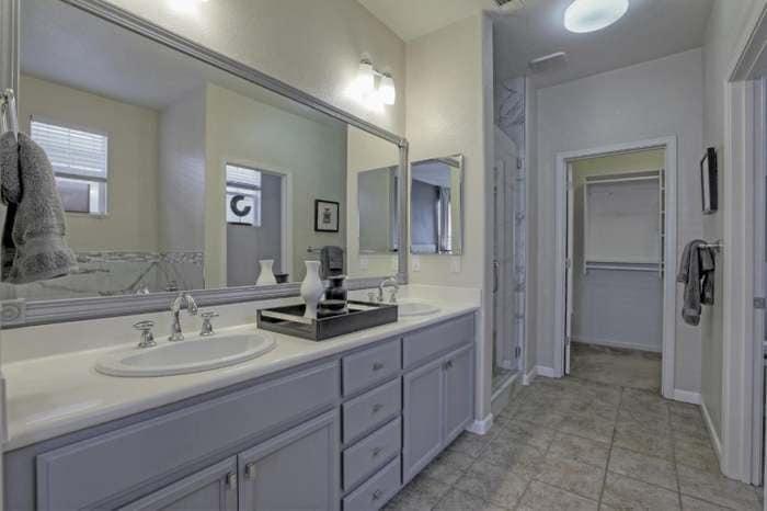 Phòng tắm thanh lịch, sang trọng với tông xám, trắng là chủ đạo.