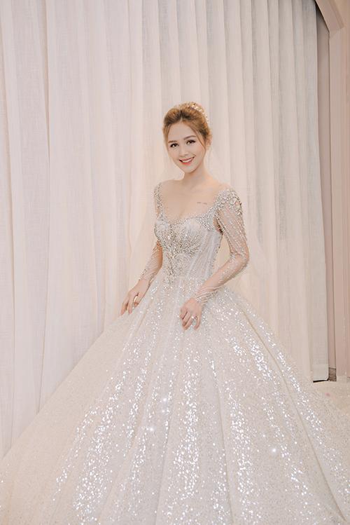 Tùng váy xòe rộng giúp cô dâu hóa thân thành nàng công chúa trong truyện cổ tích. Váy được bán với giá 250 triệu đồng, giá thuê 70 triệu đồng.