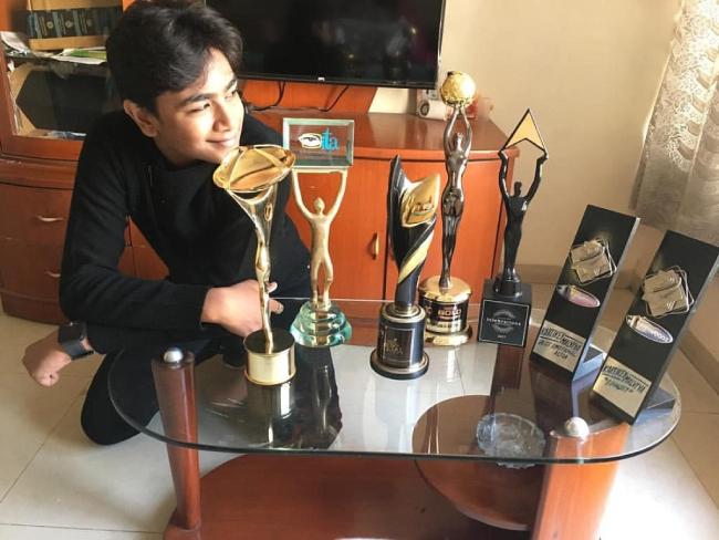 Kartikey Malviya bên những giải thưởng mà cậu nhận được trong thời gian ngắn tham gia diễn xuất.