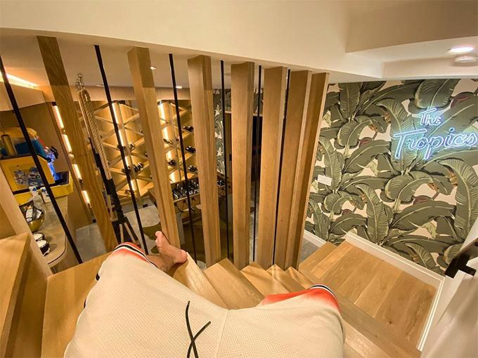 Biệt thự của vợ chồng Justin mang tên The Tropics, gồm 5 phòng ngủ, 7 phòng tắm, thư viện, rạp chiếu phim, quầy bar, hầm rượu... Anh mua ngôi nhà vào đầu năm nay với giá 8,5 triệu USD (198 tỷ đồng).
