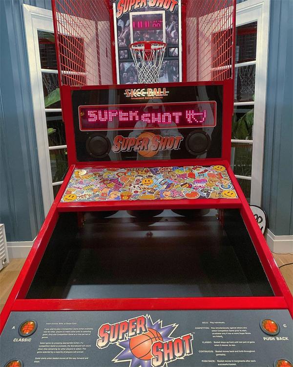 Anh đặt một máy chơi game lớn trong nhà.