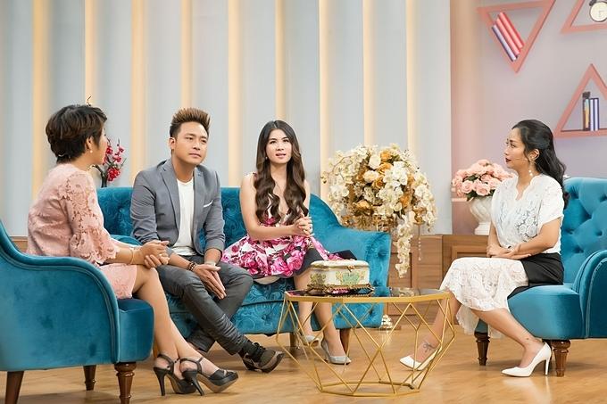 Chương trình Mảnh Ghép Hoàn Hảo với câu chuyện dễ thương của cặp vợ chồng nổi tiếng Thanh Duy và Kha Ly (giữa), cùng sự tư vấn tâm lý của tiến sĩ tâm lý Linh Trang (ngoài cùng bên trái), MC Ốc Thanh Vân (váy trắng)sẽ phát sóng lúc 21h35 hôm nay (13/10/2019) trên VTV9.