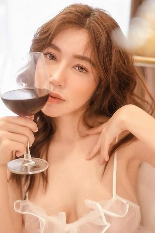 Elly Trần khuyên phụ nữ phải đẹp khi uống rượu bia.