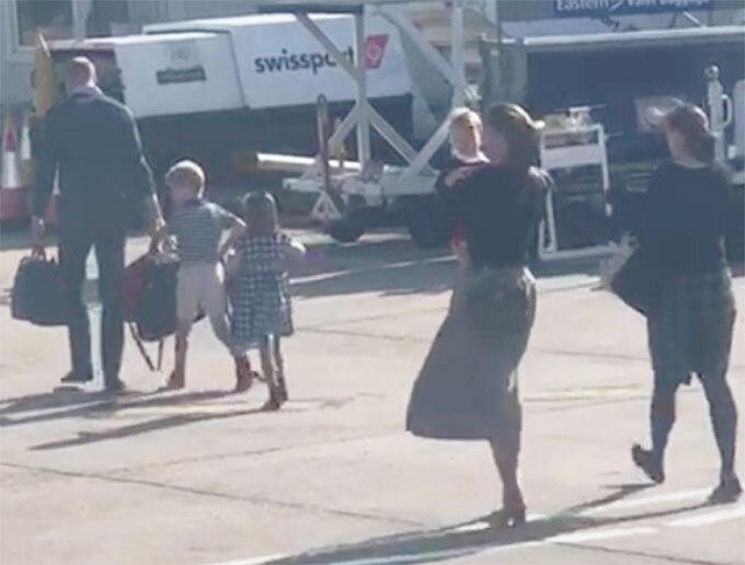 Nhà Cambridge đi máy bay của hãng Flybe để tới Scotland hôm 22/8. Ảnh: UK Press.