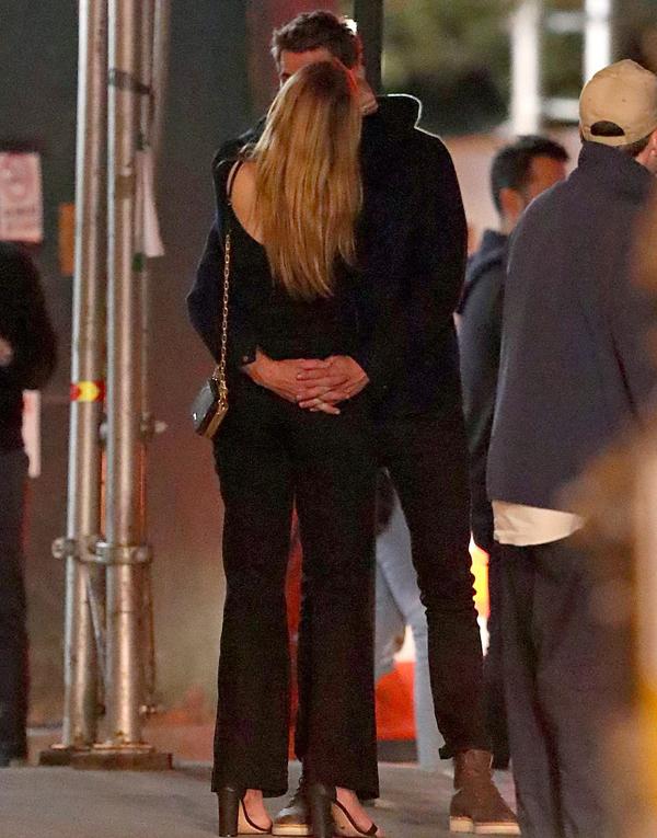 Liam có bạn gái mới sau 3 tháng đệ đơn ly hôn Miley Cyrus. Anh đã ở Australia suốt 2 tháng cùng gia đình anh trai Chris Hemsworth để quên đi nỗi buồn hôn nhân tan vỡ trước khi trở lại Mỹ làm việc.